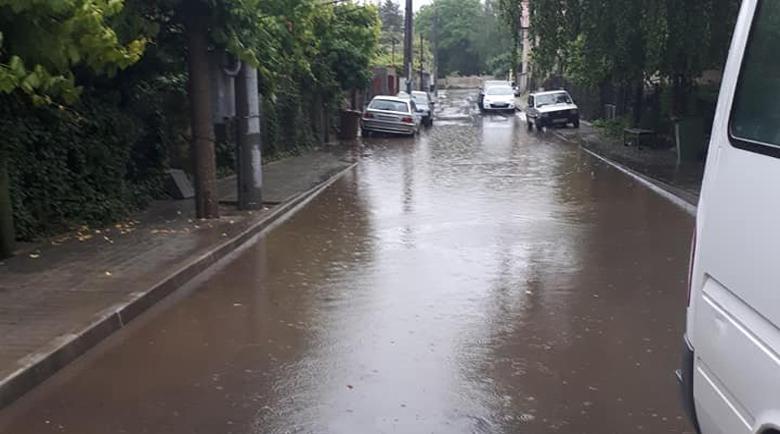 Само за десетина минути улиците на Дупница се превърнаха в реки