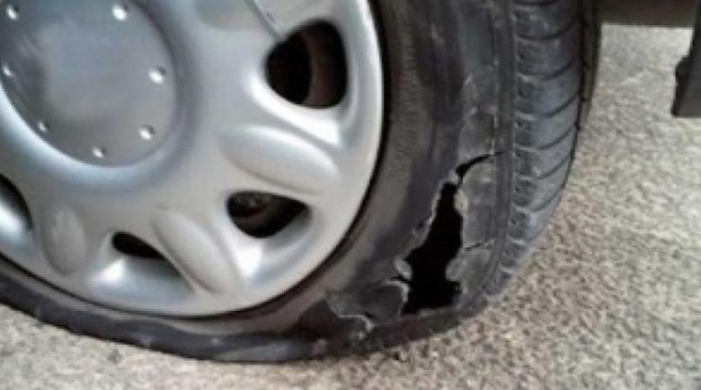 Отхвърлен любовник наряза гумите на колата на изгората