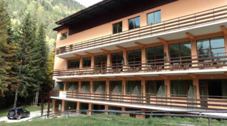 """Хотел """"Картала"""" на ски пистата се захранва нелегално с вода от река Кривица"""