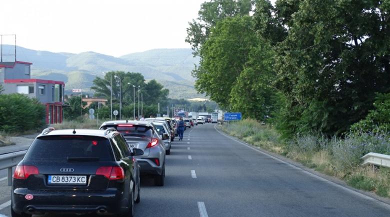 Километрична опашка от автомобили за влизане в Гърция