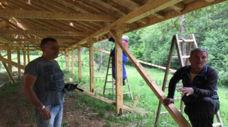 Бивши кметове трети месец в изолация, строят навес до древен храм
