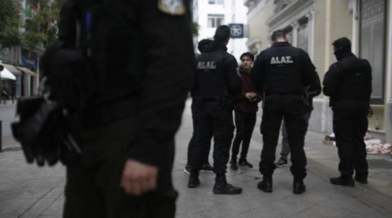 В Гърция арестуват за неспазване на мерките, адвокат го отнесе