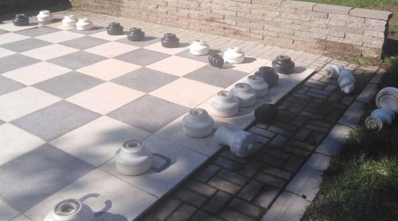 """Вандали изпочупиха градинския шах на пл. """"Македония"""" в Петрич"""