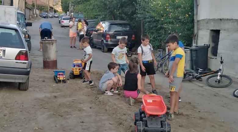 """И на тях им писна! Деца """"ремонтираха"""" улица след авария на ВиК"""