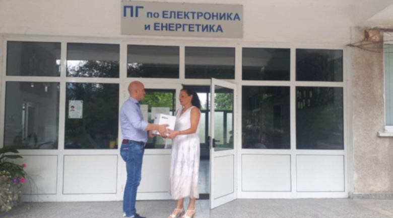 Мацурев дари дезинфектанти на училищата и детските градини в Банско