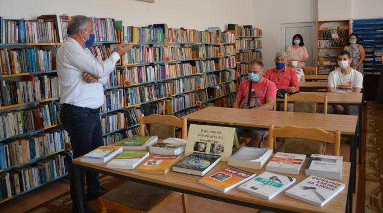 Гоце Делчев дари историческа книга на библиотеката