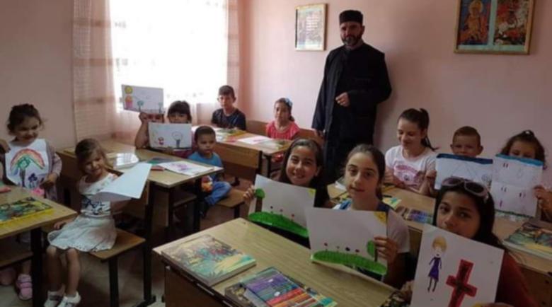 Отец Тодор учи малките си приятели в Сатовча на 10-те божи заповеди