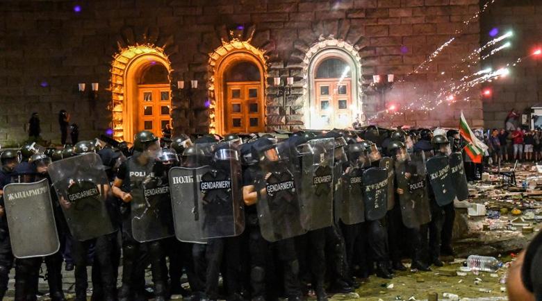 Разказ на мирно протестиращ: Половин час полицаите бяха обстрелвани с бомби и павета