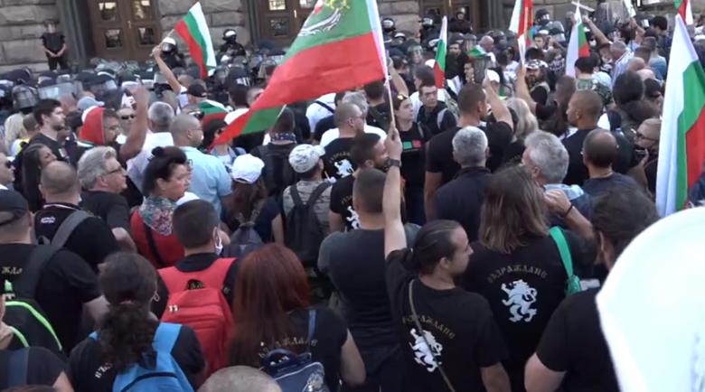 Протестиращи плениха щитове на полицията