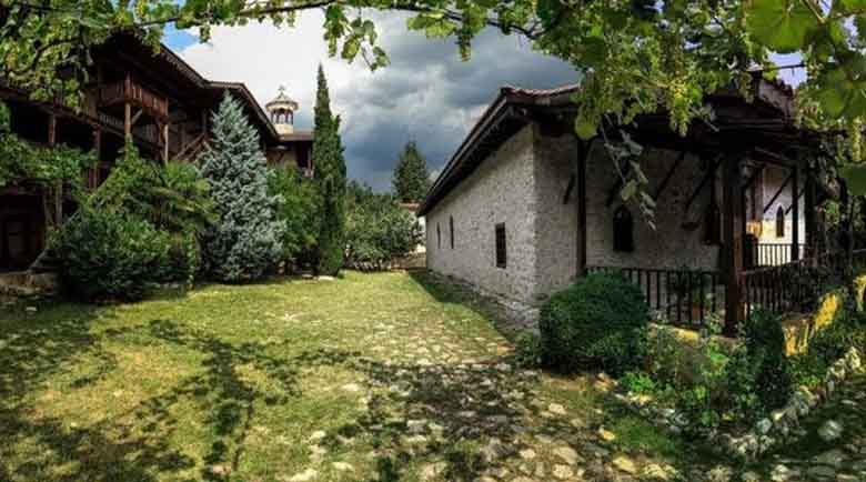 Возят безплатно миряни до Роженския манастир на Малка Богородица
