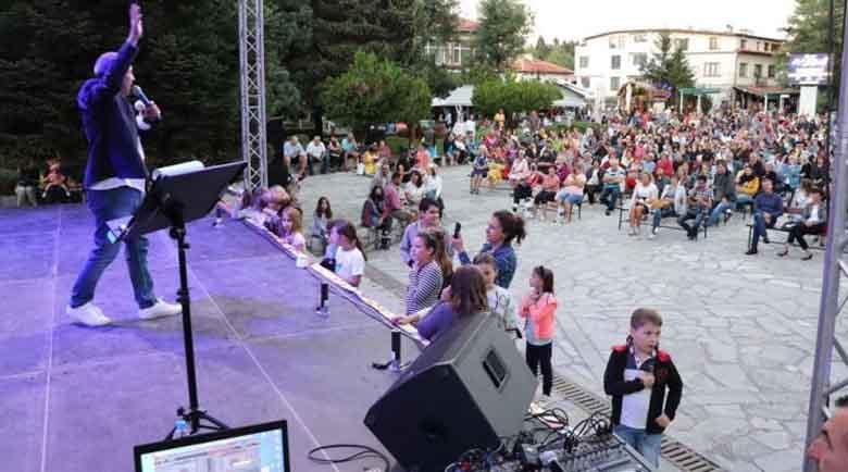 Руслан Мъйнов изпя C'est la Vie на площада в Банско