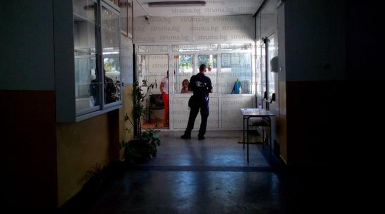 С полицейска патрулка служители на РЗИ инспектират училищата в Благоевград