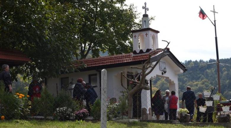 Миряни почетоха свети Лука на свещено място в Брежани