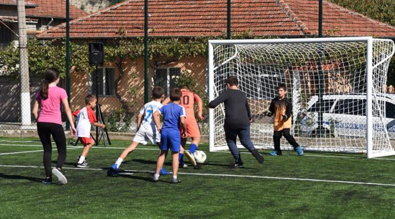 Министър Кралев откри ново футболно игрище в евроселото Черниче