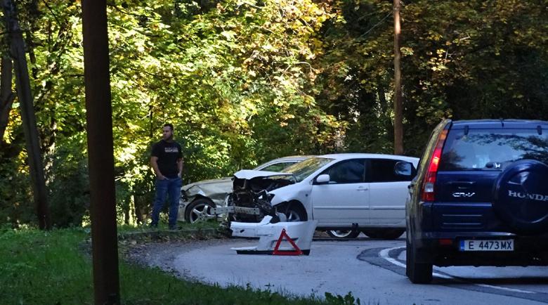 Зрелищен челен удар на ремонтиращ се път до Благоевград