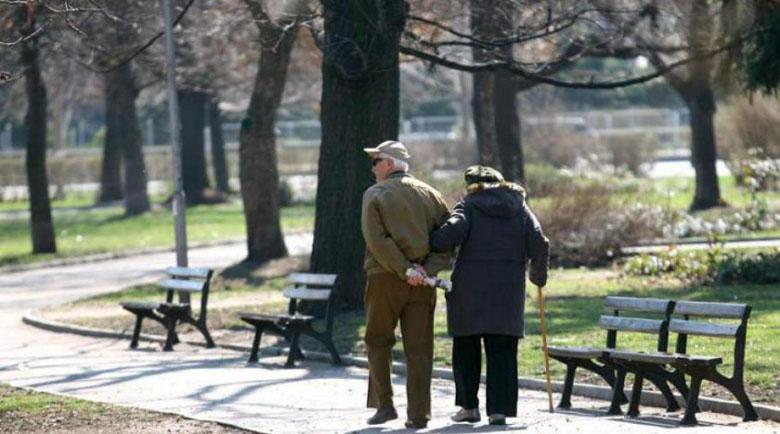 Изследване: Работещите родители заразяват бабите и дядовците