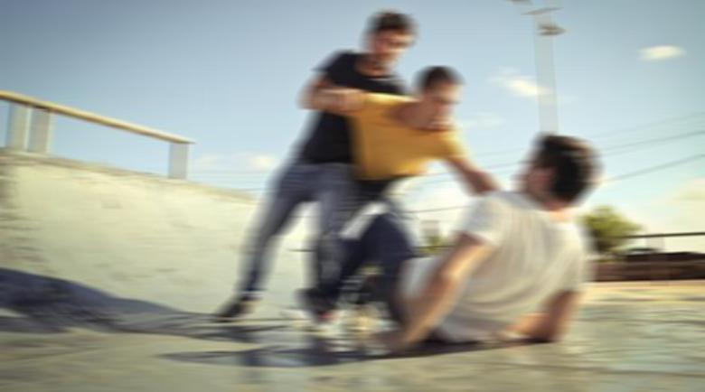 Пиян ученик се гаври с 15-годишен, преби го и го хвърли в контейнер за боклук