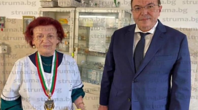 Министър Ангелов премина инкогнито през охраната на болницата в Дупница, за да…