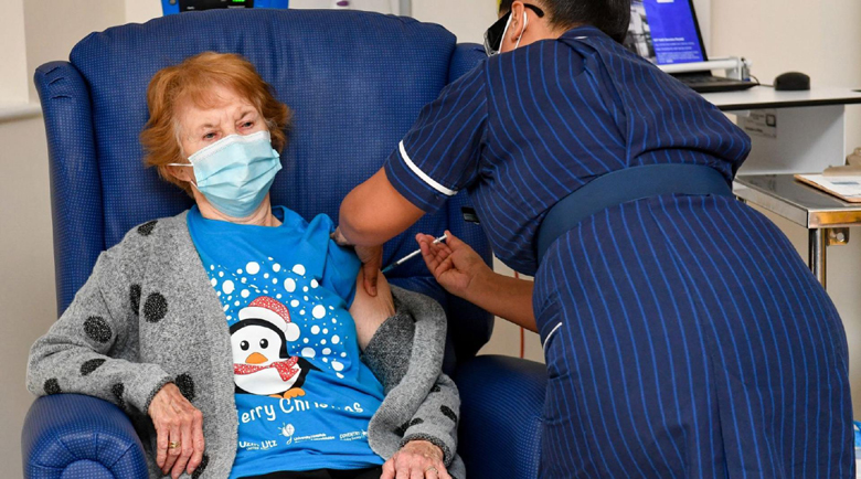 Британка на 90 г. стана първият ваксиниран пациент срещу коронавирус