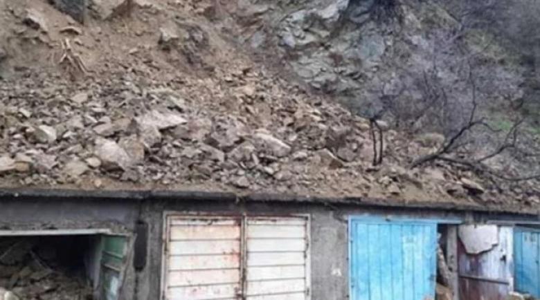 Свлачище затрупа гаражи в Дупница за секунди