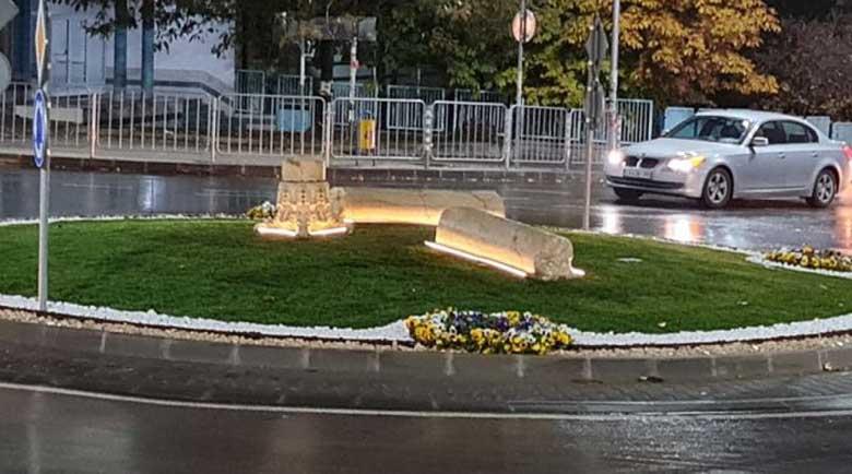 Две нови кръгови кръстовища с любопитна визия и ефектно осветление в Петрич