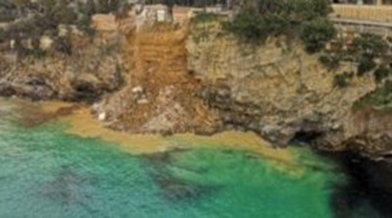 Зловещо: Ковчези плуват в морето на Италия след срутище