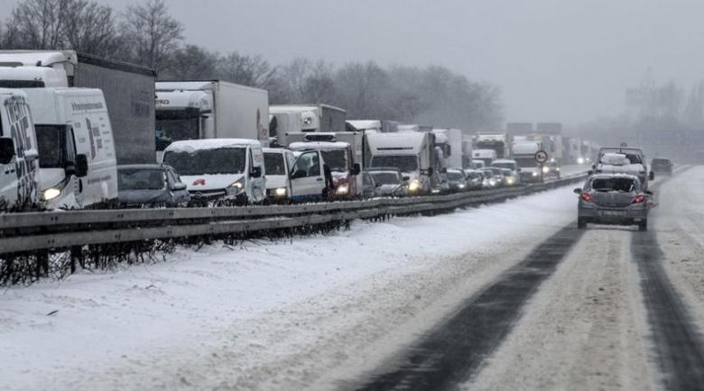 Карайте внимателно! Пътищата са заледени в цялата страна