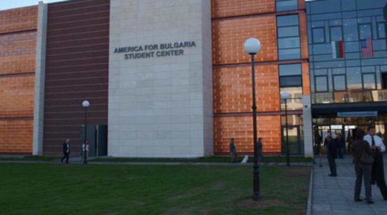 Онлайн среща със студенти от над 40 страни в Американския университет