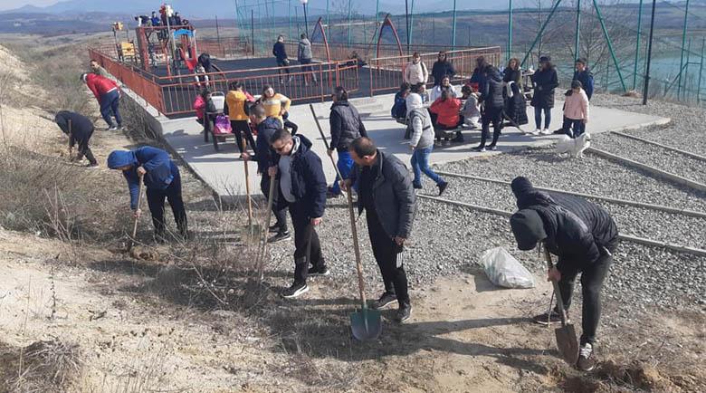 300 нови дръвчета засадиха безплатно активисти в Гоце Делчев
