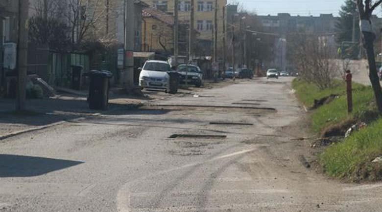 Жители на Перник на бунт заради разбити улици и фекалии
