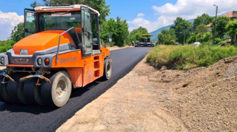 Нов асфалт върху 20-километровия път Първомай – Габрене