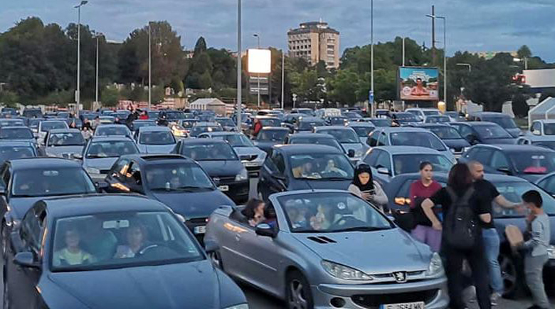 """Стотици гледаха """"Диви и щастливи"""" от колите си в Благоевград"""