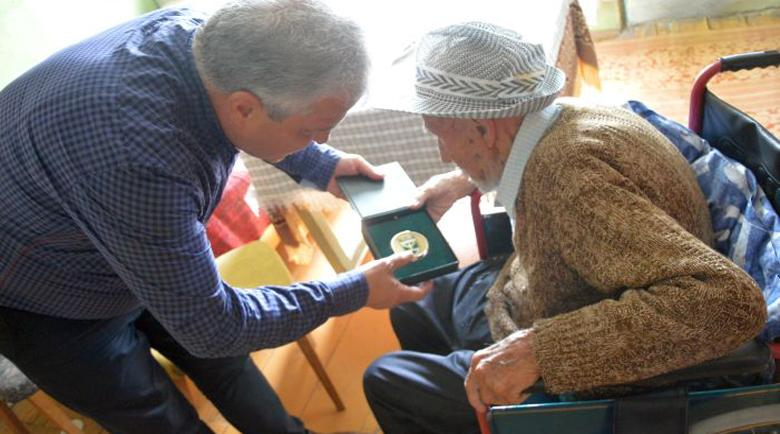 Кметът на Гоце Делчев награди с почетен знак 105-годишен ветеран от войната