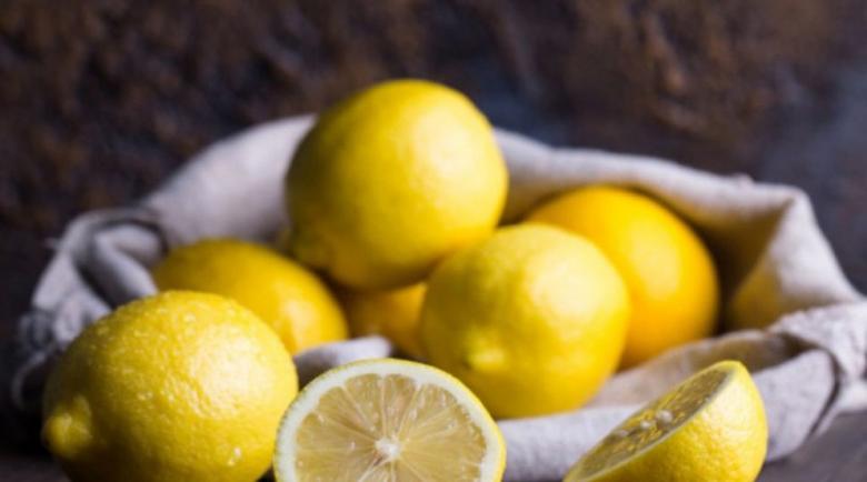 Сок от два лимона чисти белите дробове