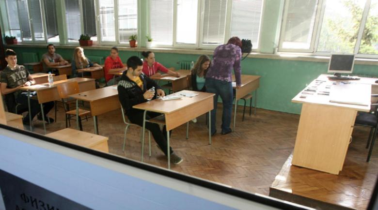 Ученици преписват на матурата от отговори по вратите на WC-то