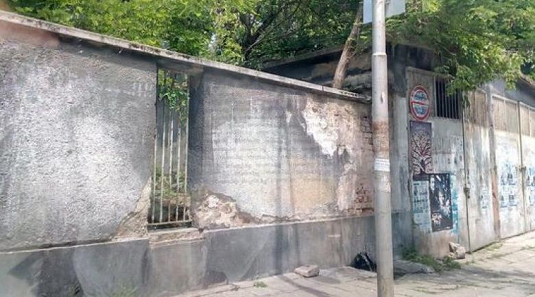 Владишкият дом в Благоевград е в упадък, оградата се руши
