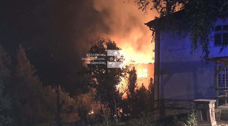 Горят къщи, училище и 400 декара гора в Кюстендилско