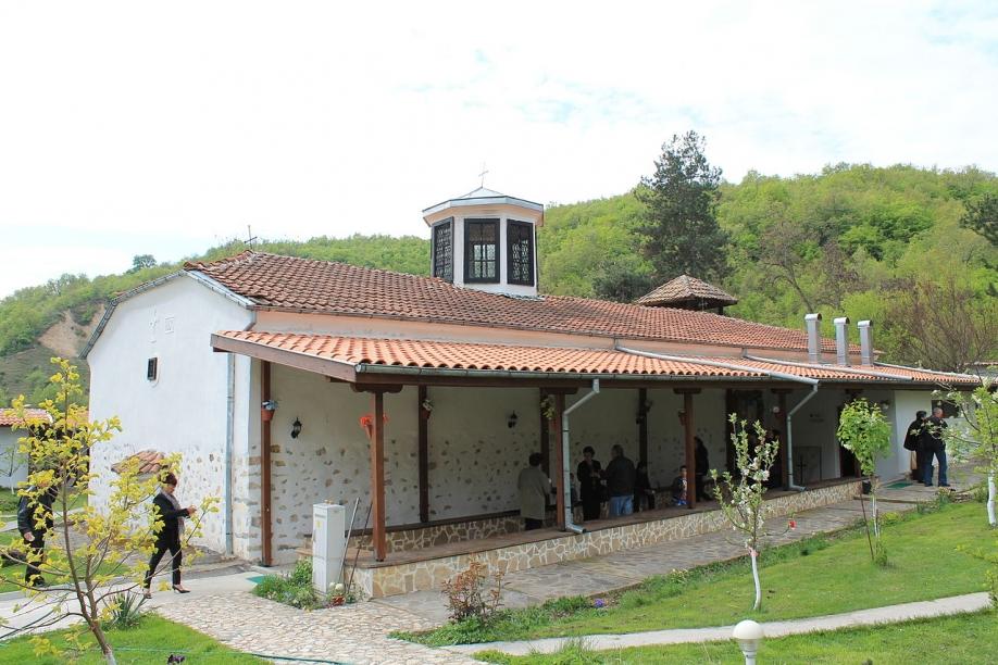 Започва ремонтът на пътя до храма на Преподобна Стойна